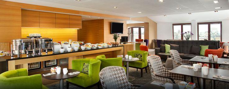 Upgrade naar een Executive kamer of suite voor adembenemend uitzicht op de stad en zee, en exclusieve toegang tot de eigentijdse Executive lounge van het hotel.