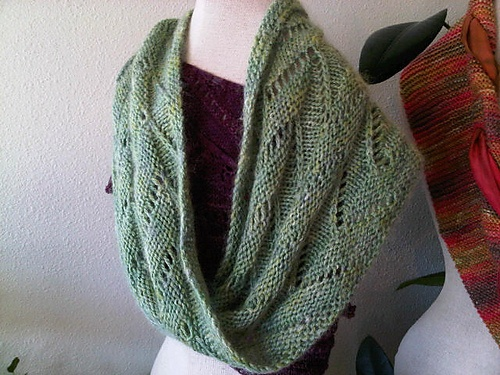 ZigZag Moebius Cowl pattern by Bex Hopkins free pattern Knitting Pinteres...