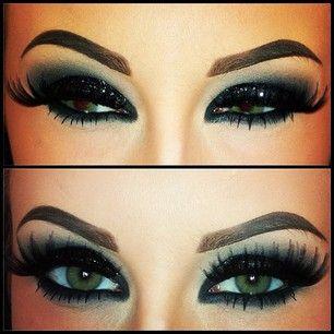 Maquillaje dramático que hace que los ojos del pop ...delineador de ojos, ojo de gato, pestañas postizas, sombra de ojos azul...