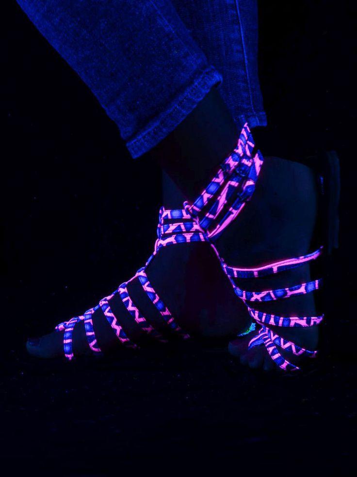 """Schwarzlicht Neon Style Gladiator-Sandalen """"Pink Dragonfly"""" #blacklight #schwarzlicht #spacetribe #shoes #sandals #psy"""