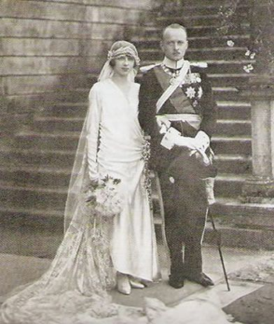 Prince Philipp of Hesse and Princess Mafalda of Savoy.  She's wearing the Hesse wheat-ear tiara.