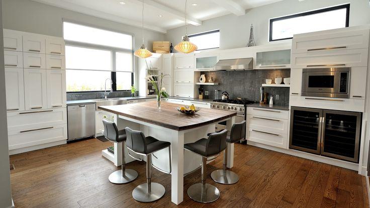 Dans cet espace, l'inspiration du concept des armoires de cuisine se veut moderne et minimaliste. Les matières premières brutes donnent un ton chaleureux à la pièce.