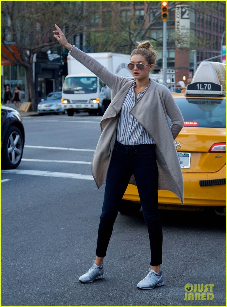 SI Swimsuit Babe Gigi Hadid Lunches in East Village, Hails Cab | gigi hadid hail taxi late lunch 15 - Photo