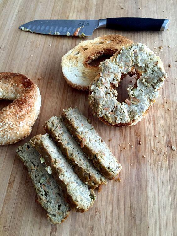 Mon mari a la meilleure recette de végé pâté. Et il la partage avec vous. Il me semble que c'est une recette de dimanche après-midi, pour préparer les lunchs de la semaine. Avec un robot culi…