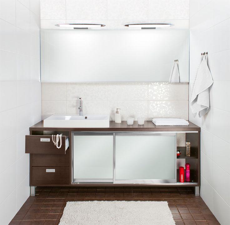 Mittatilauksena valmistettu kylpyhuoneen kaluste seinästä seinään, liukuovilla ja vetolaatikoilla. Väri Wenge.