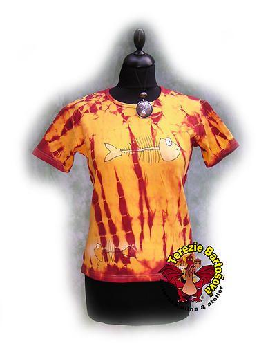 TRIKO NA RYBY PRO DÁMY Velikosti: S, M, L, XL, XXL Barva:žluto-červená batika Technika: ruční zpracování batika + kresba Složení: 100% bavlna Střih: klasický krátký rukáv MOŽNOSTI OBJEDNÁNÍ VOLITELNÝCH VELIKOSTÍ