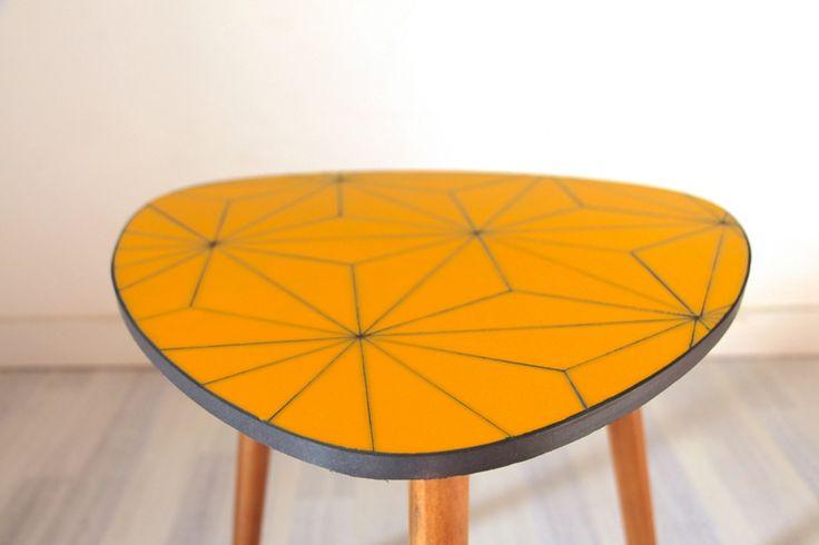 Table basse jaune géométrique - triangles - en verre