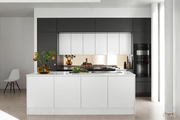 Tähän Espoolaiseen valoa tulvivaan loft-kotiin Blau toteutti modernin ja edustavan keittiön!  Basaltin harmaa on juuri sopivan tumma, mutta ei liian musta. Millainen harmaa sopisi sinun keittiöösi?  Seuraa meitä myös instagramissa @blauinterior  Stailaus: Minna Jones Kuva: Mikael Pettersson