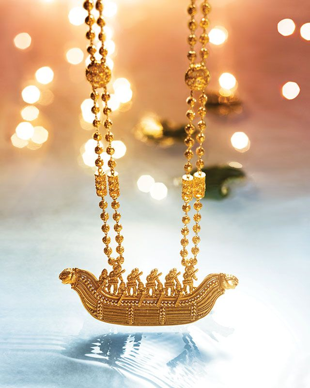 Gorgeous boat pendant necklace by Tanishq. Gold jewellery.