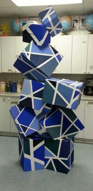 escultura amb capses pintades
