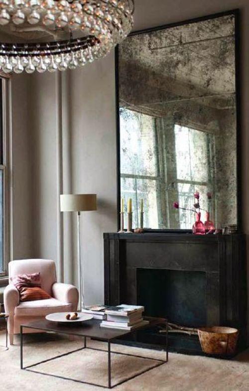 Salon, Fauteuil rose, grand miroir vintage, cheminée noire