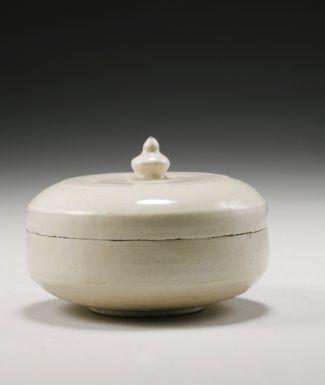 唐代 白釉妝奩盒 A White-Glazed Cosmetic Box and Cover Tang Dynasty ( 618-907 ) - Sotheby's