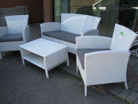Set da giardino bianco composto da 2 sedie, divanetto, tavolino rettangolare e cuscini. Struttura in alluminio, copertura in polietilene intrecciato a mano.  Prezzo scontato euro 483,0