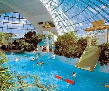 Sokos Hotel Eden in Oulu. The spa with a large waving pool and several jacuzzis among palm trees. A dear place that was built in the beginning of 90s.