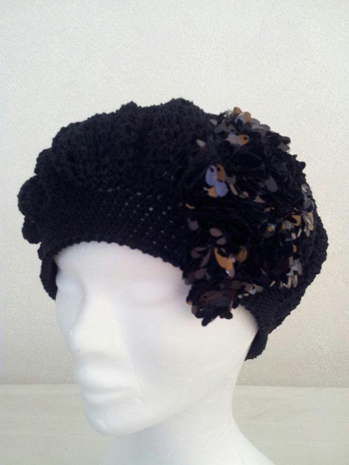cappello lavorato ad uncinetto con spilla realizzata a mano