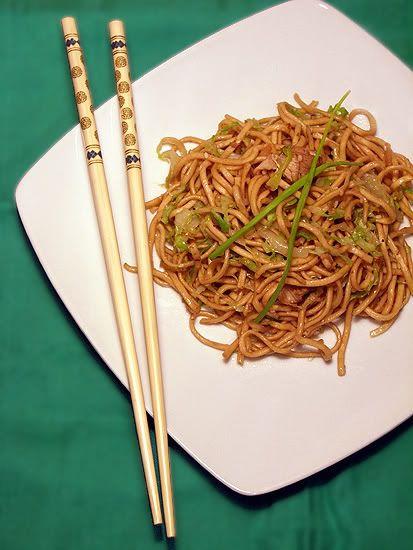 azjatycki makaron noodles z kurczakiem i kapustą
