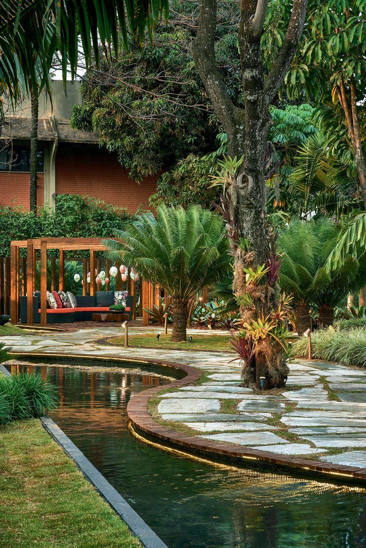 Este jardim de 800 m² idealizado para a mostra Casa Cor Brasília 2014 faz homenagem a Bali e à Mata Atlântica brasileira com uma mistura bem dosada de espécies tropicais. Projeto da dupla Carla e Marina Pimentel.