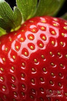 The strawberry zoomed in shows me the fine tone and lighting to it. The leafs show really fine detail that you wouldn't have normally seen.
