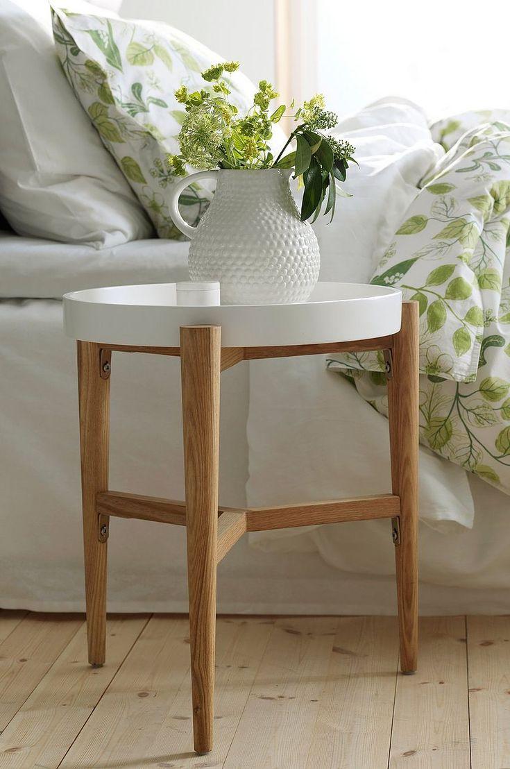 Smidigt brickbord som du kan ställa bredvid favoritfåtöljen eller i det svårmöblerade hörnet. Material: Trä (ask). Storlek: Höjd 48 cm, ø 49 cm (brickan ø 40 cm). Beskrivning: Runt bord med ben av massivt trä (ask) och bricka av mdf. Avtagbar bricka. Skötselråd: Torkas med fuktig trasa. Tips/råd: Brickan sitter lös och kan bytas ut om du vill skapa en ny stil hemma.