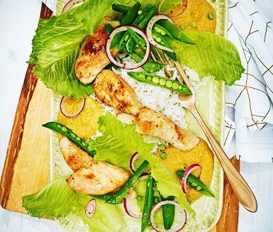 Recept: Kyckling med jordnötssås och salladsärter