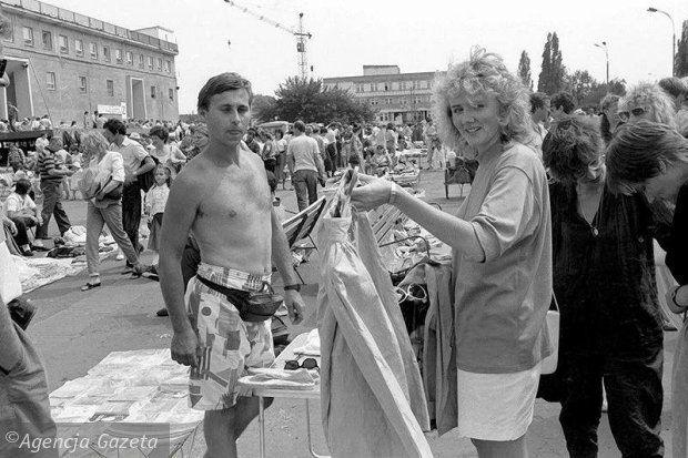 Warszawa, sierpien 1989 r., bazar na Skrze.