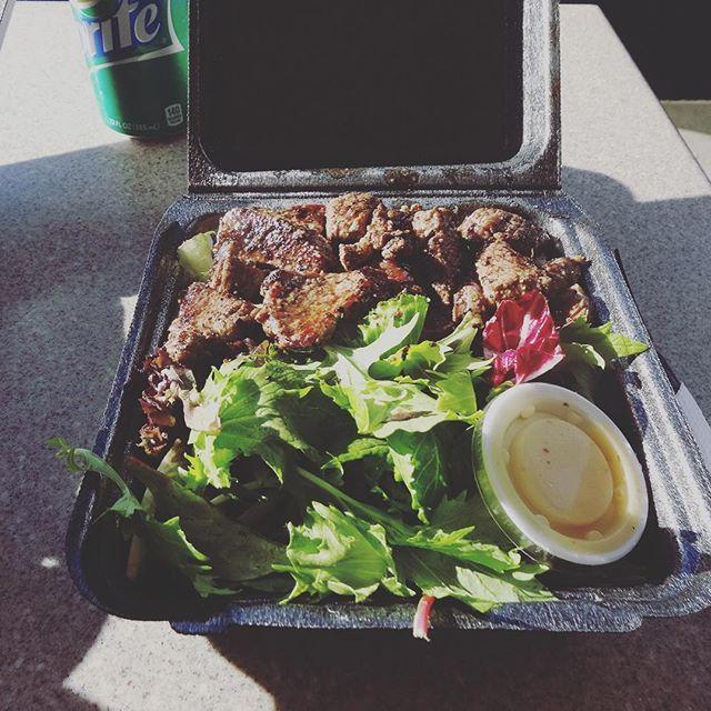 ハワイで二回食べたご飯と言えばステーキシャック❤️ ボリューム満点でこの味は日本に帰っても忘れない  ちなみに周りを見渡すとご飯を全く手をつけない人、サラダは全部食べない人などかなり食べ方にも差が… #steakshack  #ステーキシャック #hawai #waikiki  #肉 #プレートランチ #platelaunch