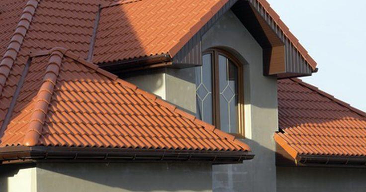 Construção de cobertura de telhado e telhado pirâmide. Uma cobertura de telhado tradicionalmente não tem empenas ou lados verticais. Todos os lados da inclinação do telhado são para baixo, em direção às paredes. A inclinação do telhado tende a ser suave, sem um passo alto. O passo de uma cobertura de telhado geralmente começa a partir de 35 graus; uma cobertura tem forte reforço interno, tornando-o ...