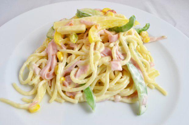 špagetový šalát (rajčata,salám,tvrdý sýr,kukuřice,paprika,okurka,kys.smetana)