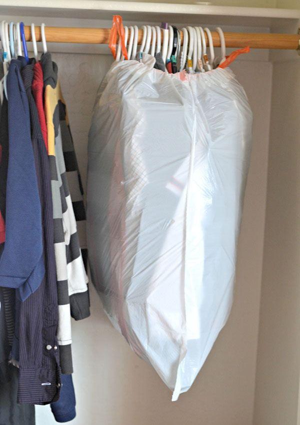 упаковка вещей в мешки для мусора