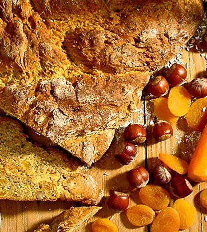 Bröd med nötter, frukt och morötter | recept.nu