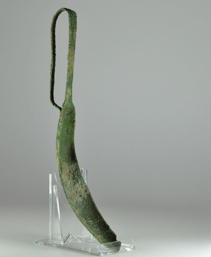 Roman games, Etruscan bronze strigil, 2nd century B.C. Etruscan bronze strigil, 22 cm high. Private collection