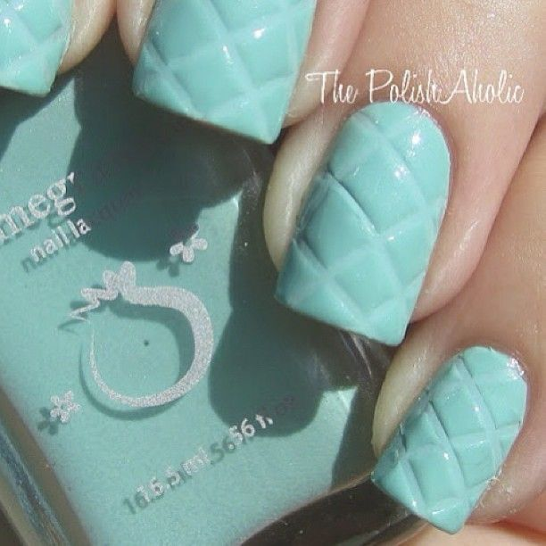 Quilted Nails : paint two coats, before second coat sets press lines with a ruler diagonally