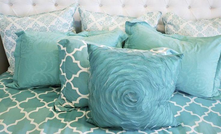 El color aguamarina es un tonalidad azul verdosa muy de moda en la actualidad y que debe su nombre a la famosa piedra que también lleva el mismo nombre. Se
