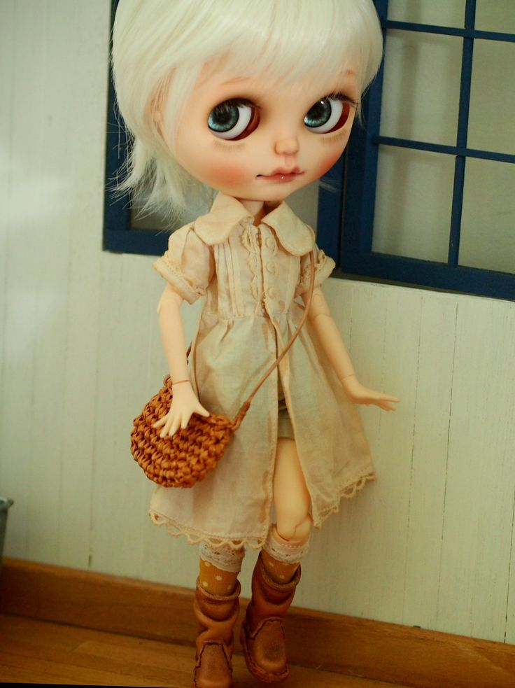 https://www.etsy.com/au/shop/StudioBambini #letherboots #boots #outfit #dolloutfit #hand made #etsy #Realleather #dollbag #Blythe