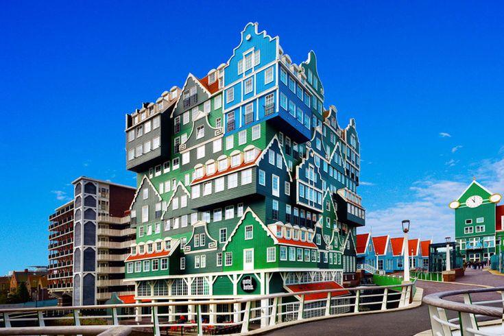 un hôtel envoûtant formé d'un empilement de petites maisons colorées  Ce cliché dévoile l'incroyable façade colorée de l'Inntel Hôtels, situé juste à l'extérieur de la gare de Zaandam, une ville des Pays-Bas située à environ 12 minutes du centre-ville d'Amsterdam