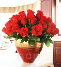 Large Stockholm vase in Ruby Gold finish with red roses. Perfect for the holidays