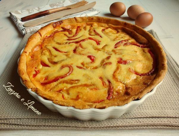 La quiche ai peperoni è una golosa torta salata preparata con uova e panna. Il tutto è racchiuso in un croccante guscio di pasta brisée.