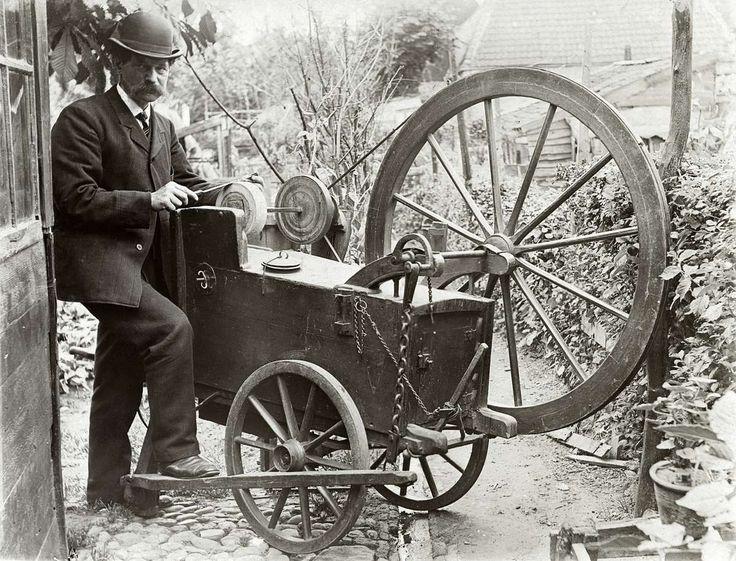 De Amersfoortse scharensliep C.Heinze (met bolhoed) achter zijn duwkar, hij slijpt (net als zijn vader voor hem) voor het Koninklijk huis op paleis Soestdijk, Nederland 1909.