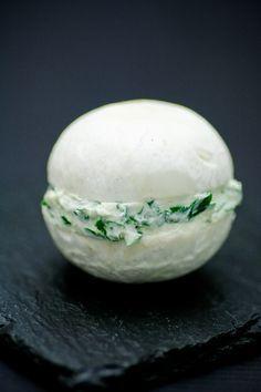 Idée: Macaron de champignons de Paris. Deux chapeaux fourrés de fromage ou Crème aux herbes. Pas de recette. http://amzn.to/2keVOw4