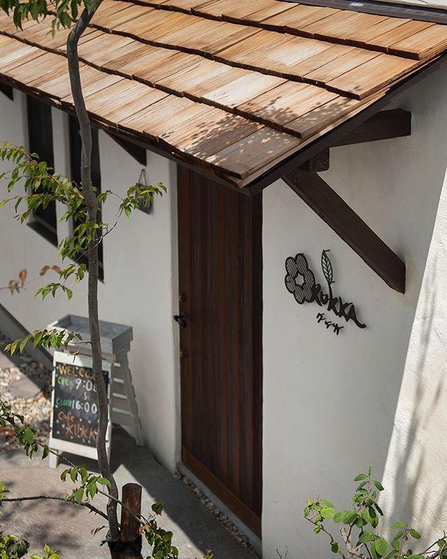 ラフェルムカフェ クッカさん 庇部分に木材を使用しました風合いが