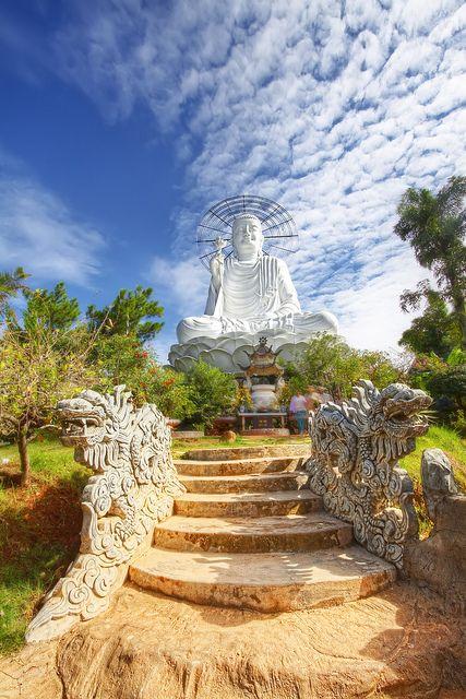 El vigilar en Dalat ', Vietnam, Dalat, la estatua de Buda