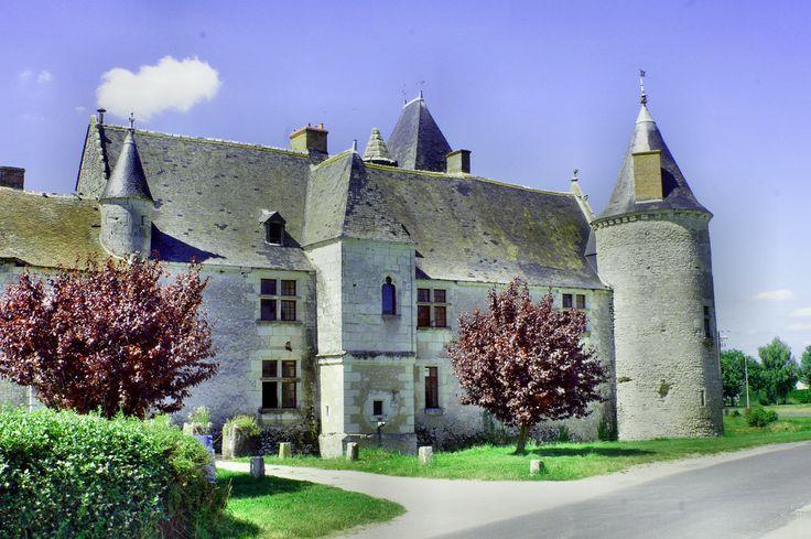 Zamek znany z festiwali piosenki francuskiej.