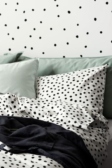Spotted duvet cover set: CONSCIOUS. Double duvet cover set with an all-over print on a fine-threaded weave of Tencel® lyocell and cotton in 30s yarn with a thread count of 144. Two pillowcases. The set comes in a matching drawstring bag.