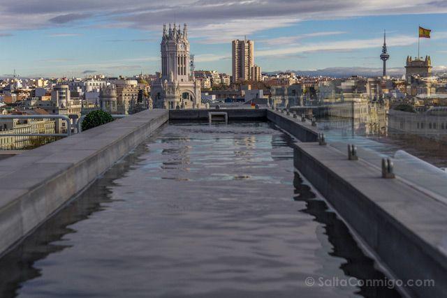 La piscina del Hotel INNSIDE Madrid Suecia con el Palacio de Telecomunincaciones al fondo