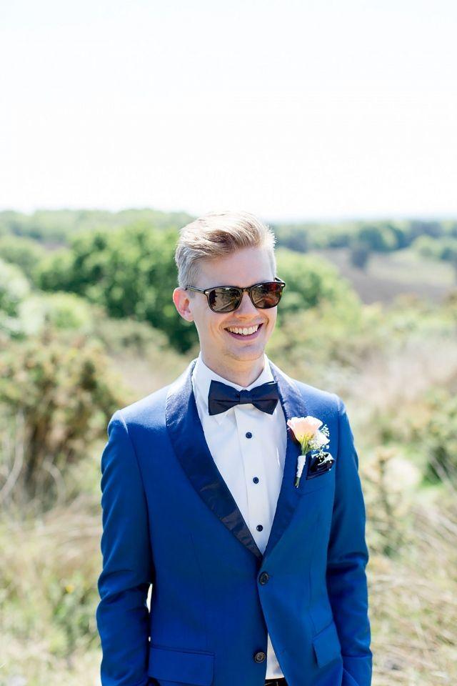 Zonnebril op en je man is perfect gestyled! #bruidegom #blauw #trouwpak #lente #groom #suit #blue #wedding #husband | Trouwen in de lente? Inspiratie voor een lente bruiloft | ThePerfectWedding.nl | Fotografie: Amanda Drost