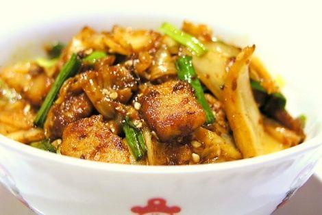 Bardzo szybki i dość prosty do przygotowania przepis na dość urozmaiconą potrawę z kapusty kimchi, czyli smażone kimchi. W Korei kimchi spotykane jest w wielu postaciach, najbardziej popularne jest z kapustą, nie poddawane obróbce cieplnej, jednak i takie