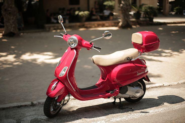 Lambreta, o meio de transporte mais sexy de St. Tropez @romariabh #lambreta #sttropez