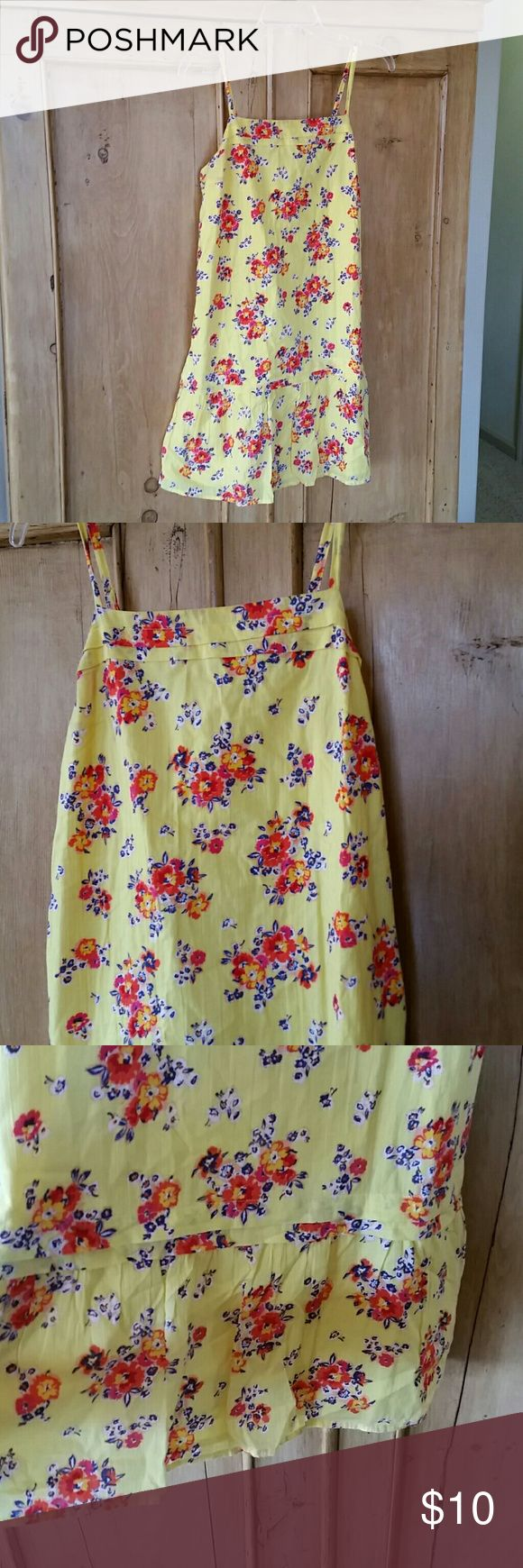 Adorable Old Navy sundress Gently worn, sundress. Light fabric makes it comfortable for those hot summery days. Adjustable straps to suit your length. Old Navy Dresses Mini