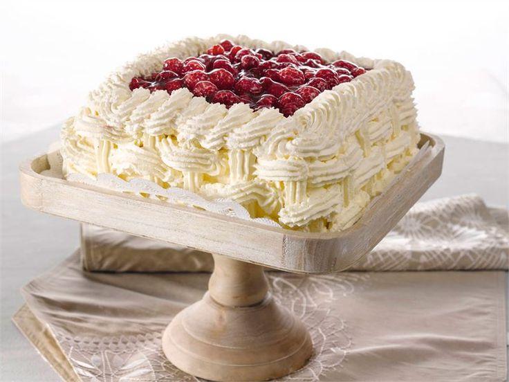 Täytekakku kruunaa juhlapäivän. Tässä kakussa maistuvat vadelmat.