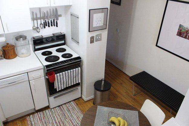 Olvida el bloque portacuchillos de madera a favor de una barra magnética para cuchillos, sobre todo si el espacio en el mostrador (y en las gavetas) es limitado. | 31 Maneras increíblemente ingeniosas de organizar una cocina pequeña